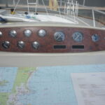 Sealine S34 - Instrument gauges and chart table with light